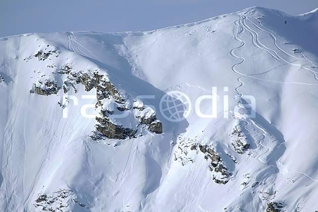 da060560LE : Les risques du ski hors piste : corniches, plaques à vent et barres rocheuses, Savoie. ski de piste Europe, CEE, sport, loisir, action, glisse, sport de montagne, sport d'hiver, ski, risque, avalanche, corniche, barre rocheuse, trace, C02, C01 moyenne montagne, paysage (France).