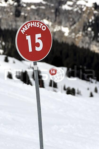 da061031LE : Signalisation des pistes, Flaine, Haute-Savoie, Alpes. ski de piste Europe, CEE, sport, loisir, action, glisse, sport de montagne, sport d'hiver, ski, station de ski, piste, panneau, signalisation, C02, C01 moyenne montagne, Annecy 2018 (France).