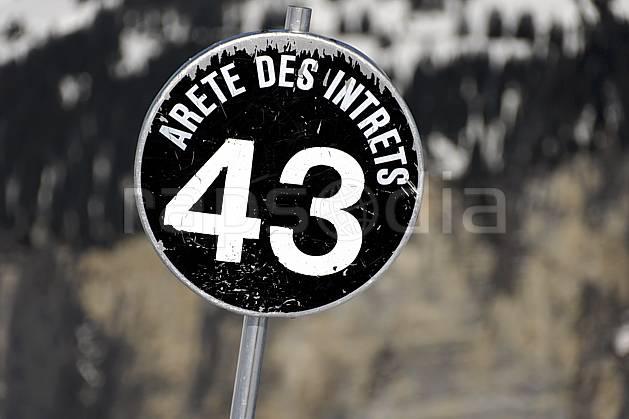da061067LE : Signalisation des pistes, piste noire, Avoriaz, Haute-Savoie, Alpes. ski de piste Europe, CEE, sport, loisir, action, glisse, sport de montagne, sport d'hiver, ski, station de ski, piste, panneau, signalisation, C02, C01 moyenne montagne, Annecy 2018 (France).