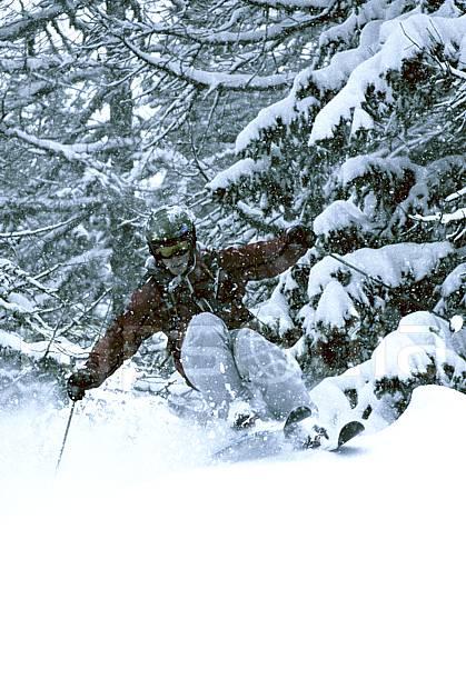 da070103GE skiing, les arcs, savoie, alpes, off piste skiing, Europe, EEC, sport, leisure, action, slide, mountain sport, winter sport, ski, extreme sport, bad weather, powder snow, forest, man, middle mountain, people (France).