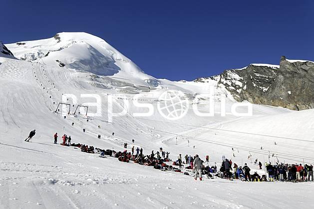 da071758LE : Pistes de ski sur le glacier de Saas-Fee, Alpes. ski de piste Europe, sport, loisir, action, glisse, sport de montagne, sport d'hiver, ski, ski, de, piste, téléski, remontées mécaniques, C02 groupe, paysage, personnage (Suisse).
