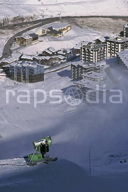 da0875-33LE : Ski de piste, Canon à neige, Val d'Isère, Savoie, Alpes. ski de piste Europe, CEE, sport, loisir, action, glisse, sport de montagne, sport d'hiver, ski, immeuble, building, C02, C01 environnement, habitation (France).