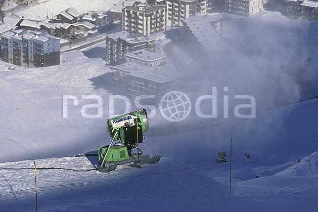 da0875-34LE : Ski de piste, Canon à neige, Val d'Isère, Savoie, Alpes. ski de piste Europe, CEE, sport, loisir, action, glisse, sport de montagne, sport d'hiver, ski, immeuble, building, C02, C01 environnement, habitation (France).
