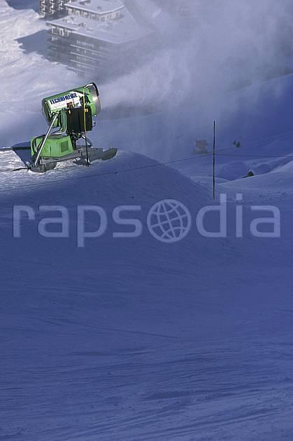 da0875-36LE : Ski de piste, Canon à neige, Val d'Isère, Savoie, Alpes. ski de piste Europe, CEE, sport, loisir, action, glisse, sport de montagne, sport d'hiver, ski, immeuble, building, C02, C01  (France).
