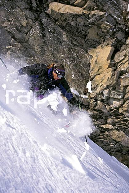 da0937-37LE : Ski-freeride, La Clusaz, Haute-Savoie, Alpes. ski hors piste Europe, CEE, sport, loisir, action, glisse, sport de montagne, sport d'hiver, ski, sport extrême, neige croûtée, pente, virage, C02, C01 homme, personnage, Annecy 2018 (France).