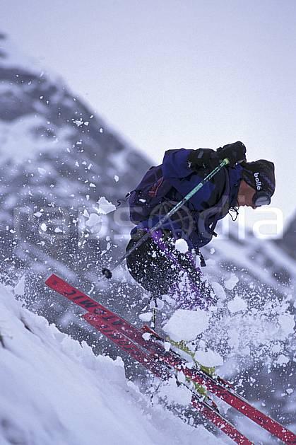 da0938-30LE : Ski-freeride, La Clusaz, Haute-Savoie, Alpes. ski hors piste Europe, CEE, sport, loisir, action, glisse, sport de montagne, sport d'hiver, ski, sport extrême, ciel nuageux, gerbe, neige croûtée, virage, virage sauté, C02, C01 homme, personnage, Annecy 2018 (France).
