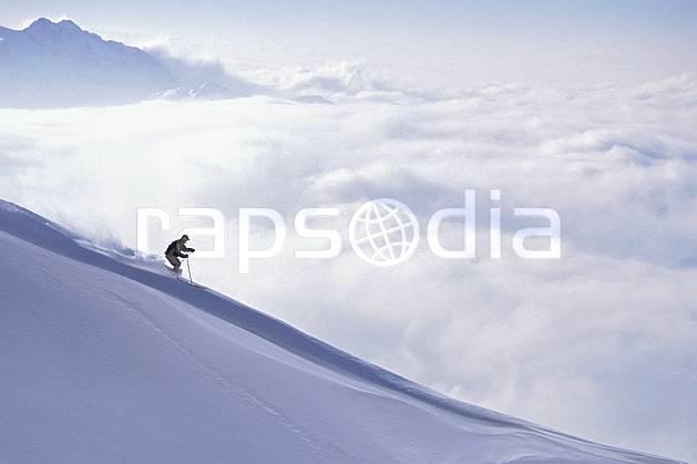 da1101-11LE : Ski-freeride, La Clusaz, Haute-Savoie, Alpes. ski hors piste Europe, CEE, sport, loisir, action, glisse, sport de montagne, sport d'hiver, ski, sport extrême, godille, virage, C02, C01 homme, personnage, Annecy 2018 (France).