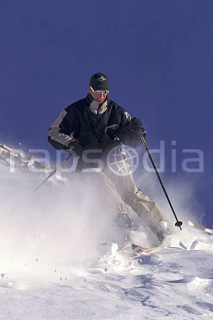 da1101-20LE : Ski-freeride, La Clusaz, Haute-Savoie, Alpes. ski hors piste Europe, CEE, sport, loisir, action, glisse, sport de montagne, sport d'hiver, ski, sport extrême, ciel bleu, neige croûtée, vent, virage, C02, C01 homme, personnage, Annecy 2018 (France).