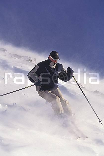 da1101-24LE : Ski-freeride, La Clusaz, Haute-Savoie, Alpes. ski hors piste Europe, CEE, sport, loisir, action, glisse, sport de montagne, sport d'hiver, ski, sport extrême, ciel bleu, neige croûtée, vent, virage, C02, C01 homme, personnage, Annecy 2018 (France).