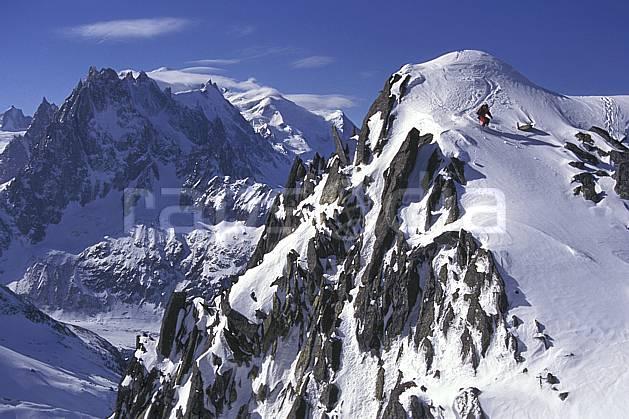 da1142-04LE : Ski-freeride, Chamonix / Les Grands Montets, Haute-Savoie, Alpes. ski hors piste Europe, CEE, sport, loisir, action, glisse, sport de montagne, sport d'hiver, ski, sport extrême, ciel bleu, sommet, virage, C02, C01 paysage, personnage, Annecy 2018 (France).
