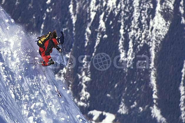 da1142-19LE : Ski-freeride, Chamonix / Les Grands Montets, Haute-Savoie, Alpes. ski hors piste Europe, CEE, sport, loisir, action, glisse, sport de montagne, sport d'hiver, ski, sport extrême, risque, difficulté, engagement, gerbe, neige croûtée, pente raide, virage, virage sauté, C02, C01 homme, personnage, Annecy 2018 (France).