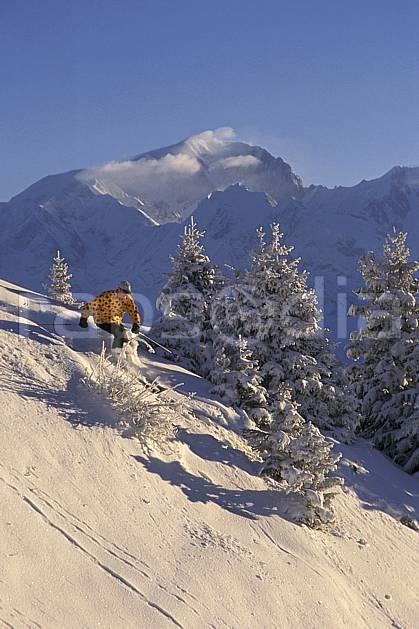 da1250-05LE : Ski-freeride, Les Saisies, Savoie, Alpes. ski hors piste Europe, CEE, sport, loisir, action, glisse, sport de montagne, sport d'hiver, ski, sport extrême, ciel bleu, gerbe, poudreuse, sapin, virage, C02, C01 arbre, homme, personnage (France).