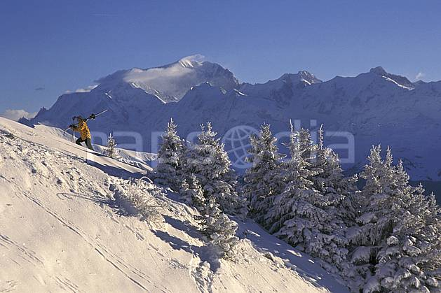 da1250-28LE : Ski-freeride, Les Saisies, Savoie, Alpes. ski hors piste Europe, CEE, sport, loisir, action, glisse, sport de montagne, sport d'hiver, ski, sport extrême, ciel bleu, gerbe, poudreuse, sapin, virage, C02, C01 arbre, homme, personnage (France).