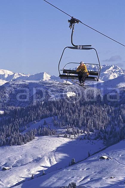 da1251-08LE : Ski de piste, Télésiège, Les Saisies, Savoie, Alpes. ski de piste Europe, CEE, sport, loisir, action, glisse, sport de montagne, sport d'hiver, ski, ciel bleu, forêt, sapin, téléski, C02, C01 environnement, homme, personnage (France).