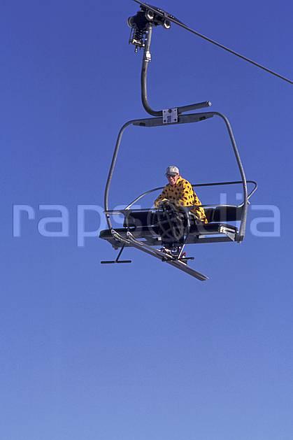 da1251-10LE : Ski de piste, Télésiège, Les Saisies, Savoie, Alpes. ski de piste Europe, CEE, sport, loisir, action, glisse, sport de montagne, sport d'hiver, ski, ciel bleu, téléski, C02, C01 environnement, homme, personnage (France).