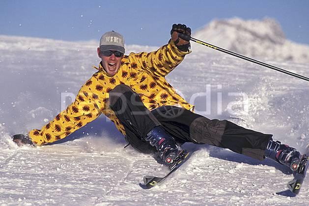 da1251-18LE : Ski-carving, Les Saisies, Savoie, Alpes. ski de piste Europe, CEE, sport, loisir, action, glisse, sport de montagne, sport d'hiver, ski, ciel bleu, dynamisme, énergie, gerbe, grimace, mouvement, sourire, trajectoire, virage, vitesse, C02, C01 homme, personnage (France).