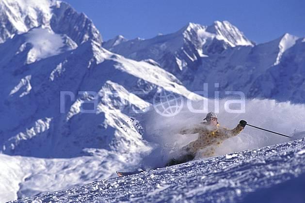 da1252-16LE : Ski-carving, Les Saisies, Savoie, Alpes. ski de piste Europe, CEE, sport, loisir, action, glisse, sport de montagne, sport d'hiver, ski, ciel bleu, dynamisme, énergie, gerbe, mouvement, trajectoire, virage, vitesse, C02, C01 homme, paysage, personnage (France).