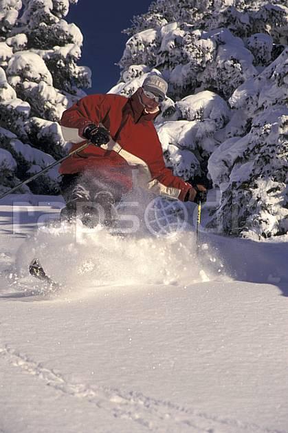 da1253-15LE : Ski-freeride, Les Saisies, Savoie, Alpes. ski hors piste Europe, CEE, sport, loisir, action, glisse, sport de montagne, sport d'hiver, ski, sport extrême, ciel bleu, gerbe, godille, poudreuse, sapin, virage, C02, C01 arbre, forêt, homme, personnage (France).