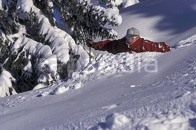 da1253-21LE : Ski-freeride, Les Saisies, Savoie, Alpes. ski hors piste Europe, CEE, sport, loisir, action, glisse, sport de montagne, sport d'hiver, ski, sport extrême, chute, humour, poudreuse, sapin, C02, C01 arbre, homme, personnage (France).