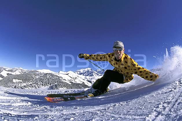 da1253-28LE : Ski-freeride, Les Saisies, Savoie, Alpes. ski de piste Europe, CEE, sport, loisir, action, glisse, sport de montagne, sport d'hiver, ski, ciel bleu, dynamisme, énergie, gerbe, grimace, mouvement, trajectoire, virage, vitesse, C02, C01 homme, personnage (France).