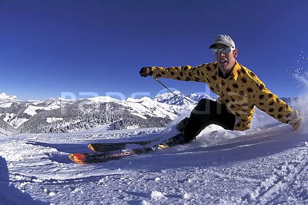 da1253-29LE : Ski-freeride, Les Saisies, Savoie, Alpes. ski de piste Europe, CEE, sport, loisir, action, glisse, sport de montagne, sport d'hiver, ski, ciel bleu, dynamisme, énergie, grimace, mouvement, trajectoire, virage, vitesse, C02, C01 gros plan, homme, personnage (France).