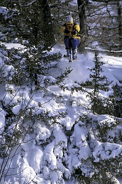 da1264-03LE : Ski-freeride, Chamonix / Le Tour, Haute-Savoie, Alpes. ski hors piste Europe, CEE, sport, loisir, action, glisse, sport de montagne, sport d'hiver, ski, sport extrême, poudreuse, sapin, C02, C01 arbre, forêt, homme, personnage, saut, Annecy 2018 (France).