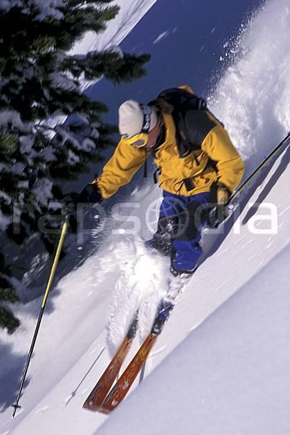 da1264-11LE : Ski-freeride, Chamonix / Le Tour, Haute-Savoie, Alpes. ski hors piste Europe, CEE, sport, loisir, action, glisse, sport de montagne, sport d'hiver, ski, sport extrême, gerbe, pente, sapin, virage, C02, C01 homme, personnage, Annecy 2018 (France).