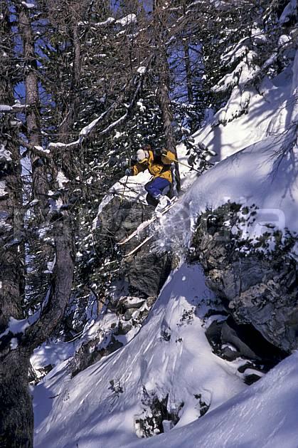 da1264-16LE : Ski-freeride, Chamonix / Le Tour, Haute-Savoie, Alpes. ski hors piste Europe, CEE, sport, loisir, action, glisse, sport de montagne, sport d'hiver, ski, sport extrême, poudreuse, sapin, C02, C01 arbre, forêt, homme, personnage, saut, Annecy 2018 (France).