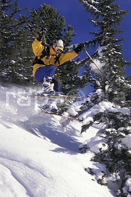 da1264-18LE : Ski-freeride, Chamonix / Le Tour, Haute-Savoie, Alpes. ski hors piste Europe, CEE, sport, loisir, action, glisse, sport de montagne, sport d'hiver, ski, sport extrême, ciel bleu, poudreuse, sapin, C02, C01 arbre, homme, personnage, saut, Annecy 2018 (France).