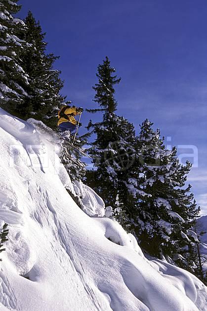 da1264-21LE : Ski-freeride, Chamonix / Le Tour, Haute-Savoie, Alpes. ski hors piste Europe, CEE, sport, loisir, action, glisse, sport de montagne, sport d'hiver, ski, sport extrême, ciel bleu, pente, poudreuse, sapin, C02, C01 arbre, homme, personnage, saut, Annecy 2018 (France).