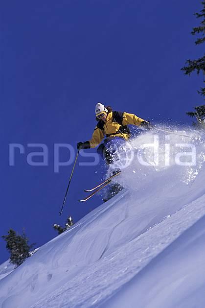da1265-01LE : Ski-freeride, Chamonix / Le Tour, Haute-Savoie, Alpes. ski hors piste Europe, CEE, sport, loisir, action, glisse, sport de montagne, sport d'hiver, ski, sport extrême, ciel bleu, gerbe, pente, C02, C01 homme, personnage, Annecy 2018 (France).