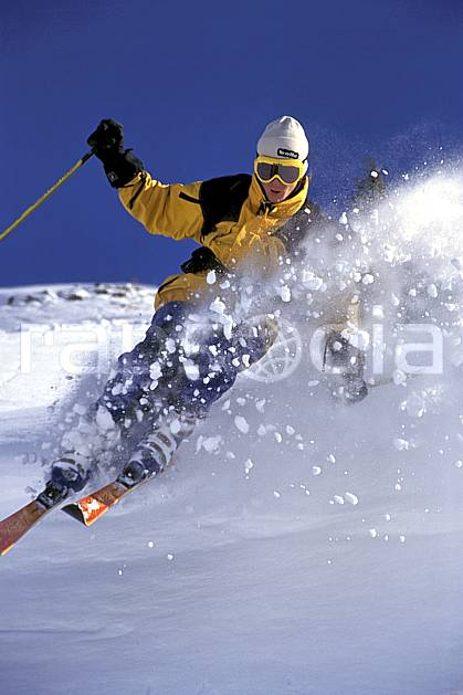 da1265-22LE : Ski-freeride, Chamonix / Le Tour, Haute-Savoie, Alpes. ski hors piste Europe, CEE, sport, loisir, action, glisse, sport de montagne, sport d'hiver, ski, sport extrême, ciel bleu, dynamisme, énergie, gerbe, mouvement, poudreuse, trajectoire, vitesse, C02, C01 homme, personnage, Annecy 2018 (France).