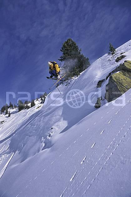 da1265-27LE : Ski-freeride, Chamonix / Le Tour, Haute-Savoie, Alpes. ski hors piste Europe, CEE, sport, loisir, action, glisse, sport de montagne, sport d'hiver, ski, sport extrême, barre rocheuse, ciel bleu, poudreuse, sapin, C02, C01 homme, personnage, saut, Annecy 2018 (France).