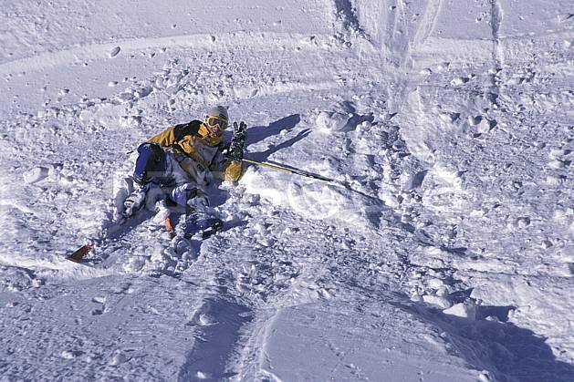 da1265-30LE : Ski-freeride, Chamonix / Le Tour, Haute-Savoie, Alpes. ski hors piste Europe, CEE, sport, loisir, action, glisse, sport de montagne, sport d'hiver, ski, sport extrême, chute, gaieté, humour, plaisanterie, poudreuse, sourire, C02, C01 homme, personnage, Annecy 2018 (France).