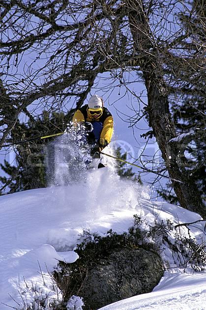 da1265-32LE : Ski-freeride, Chamonix / Le Tour, Haute-Savoie, Alpes. ski hors piste Europe, CEE, sport, loisir, action, glisse, sport de montagne, sport d'hiver, ski, sport extrême, ciel bleu, gerbe, poudreuse, C02, C01 arbre, homme, personnage, saut, Annecy 2018 (France).