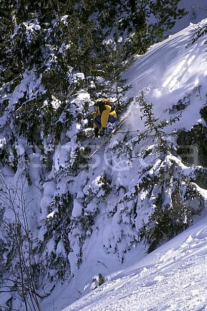 da1265-35LE : Ski-freeride, Chamonix / Le Tour, Haute-Savoie, Alpes. ski hors piste Europe, CEE, sport, loisir, action, glisse, sport de montagne, sport d'hiver, ski, sport extrême, barre rocheuse, zen, délectation, évasion, flotter, plaisir, liberté, plaisir, planer, plénitude, poudreuse, ravissement, sapin, voler, plénitude, C02, C01 arbre, homme, personnage, saut, Annecy 2018 (France).