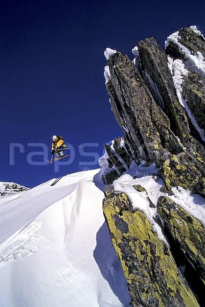 da1266-03LE : Ski-freeride, Chamonix / Le Tour, Haute-Savoie, Alpes. ski hors piste Europe, CEE, sport, loisir, action, glisse, sport de montagne, sport d'hiver, ski, sport extrême, ciel bleu, poudreuse, C02, C01 homme, personnage, saut, Annecy 2018 (France).