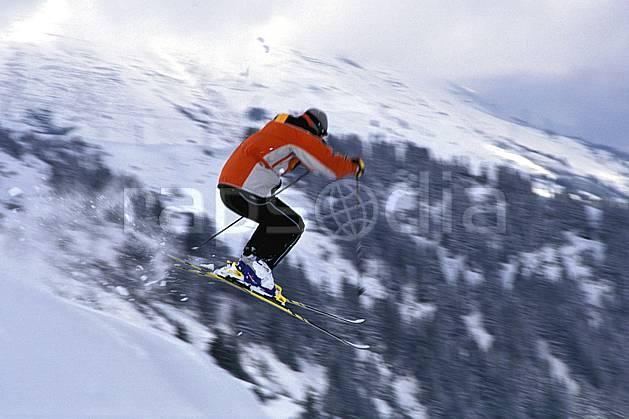 da1300-66LE : Ski de piste, Les Contamines-Montjoie, Haute-Savoie, Alpes. ski de piste Europe, CEE, sport, loisir, action, glisse, sport de montagne, sport d'hiver, ski, ciel nuageux, dynamisme, énergie, mouvement, sapin, trajectoire, virage coupé, vitesse, C02, C01 homme, personnage, saut, Annecy 2018 (France).