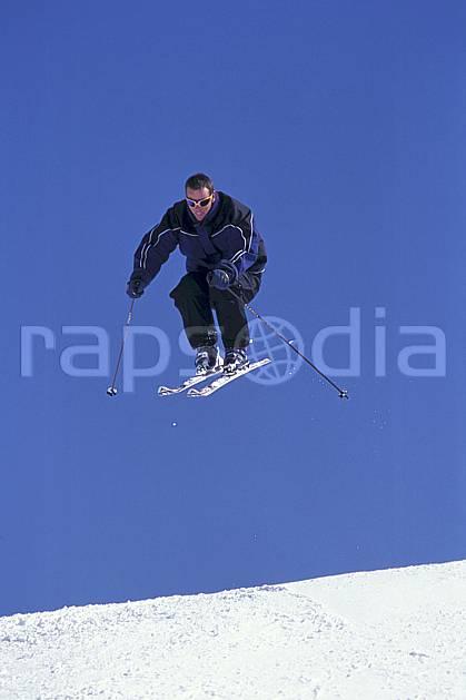 da1300-68LE : Ski de piste, Les Contamines-Montjoie, Haute-Savoie, Alpes. ski de piste Europe, CEE, sport, loisir, action, glisse, sport de montagne, sport d'hiver, ski, ciel bleu, C02, C01 homme, personnage, saut, Annecy 2018 (France).