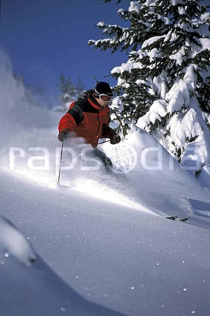 da2142-09LE : Ski-freeride, La Clusaz / Beauregard, Haute-Savoie, Alpes. ski hors piste Europe, CEE, sport, loisir, action, glisse, sport de montagne, sport d'hiver, ski, sport extrême, ciel bleu, gerbe, godille, poudreuse, sapin, virage, C02, C01 arbre, homme, personnage, Annecy 2018 (France).