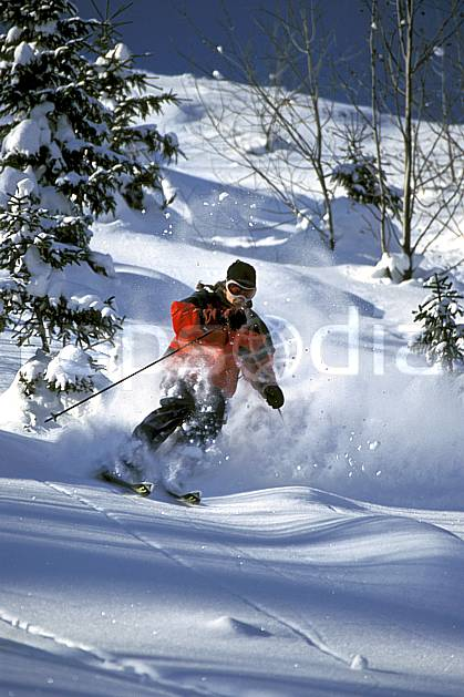 da2142-18LE : Ski-freeride, La Clusaz / Beauregard, Haute-Savoie, Alpes. ski hors piste Europe, CEE, sport, loisir, action, glisse, sport de montagne, sport d'hiver, ski, sport extrême, ciel bleu, gerbe, godille, pente, poudreuse, sapin, virage, C02, C01 arbre, homme, personnage, Annecy 2018 (France).