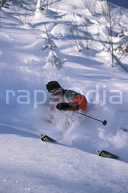 da2142-22LE : Ski-freeride, La Clusaz / Beauregard, Haute-Savoie, Alpes. ski hors piste Europe, CEE, sport, loisir, action, glisse, sport de montagne, sport d'hiver, ski, sport extrême, gerbe, pente, poudreuse, virage coupé, C02, C01 homme, personnage, Annecy 2018 (France).
