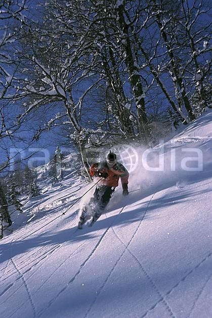 da2142-29LE : Ski-freeride, La Clusaz / Beauregard, Haute-Savoie, Alpes. ski hors piste Europe, CEE, sport, loisir, action, glisse, sport de montagne, sport d'hiver, ski, sport extrême, ciel bleu, gerbe, pente, virage coupé, C02, C01 arbre, homme, personnage, Annecy 2018 (France).