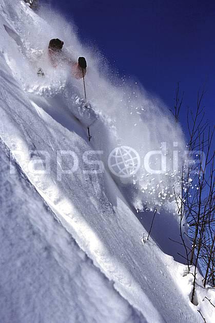 da2143-12LE : Ski-freeride, La Clusaz / Beauregard, Haute-Savoie, Alpes. ski hors piste Europe, CEE, sport, loisir, action, glisse, sport de montagne, sport d'hiver, ski, sport extrême, ciel bleu, dynamisme, énergie, gerbe, mouvement, pente raide, poudreuse, trajectoire, virage coupé, vitesse, C02, C01 homme, personnage, Annecy 2018 (France).