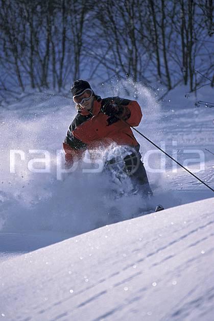 da2143-28LE : Ski-freeride, La Clusaz / Beauregard, Haute-Savoie, Alpes. ski hors piste Europe, CEE, sport, loisir, action, glisse, sport de montagne, sport d'hiver, ski, sport extrême, gerbe, godille, poudreuse, virage, C02, C01 homme, personnage, Annecy 2018 (France).