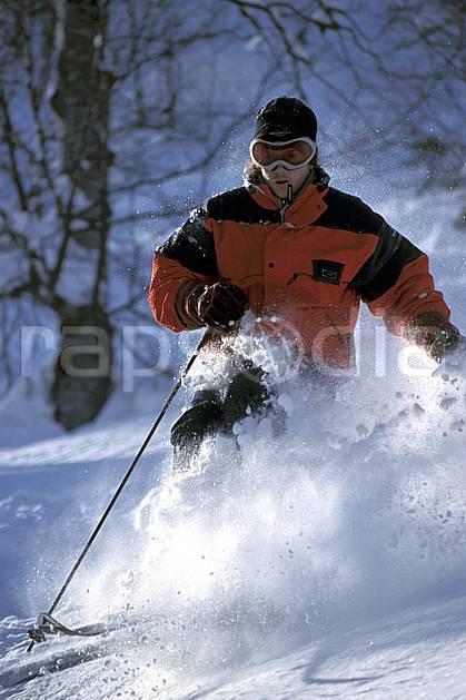 da2143-30LE : Ski-freeride, La Clusaz / Beauregard, Haute-Savoie, Alpes. ski hors piste Europe, CEE, sport, loisir, action, glisse, sport de montagne, sport d'hiver, ski, sport extrême, gerbe, godille, poudreuse, virage, C02, C01 homme, personnage, Annecy 2018 (France).