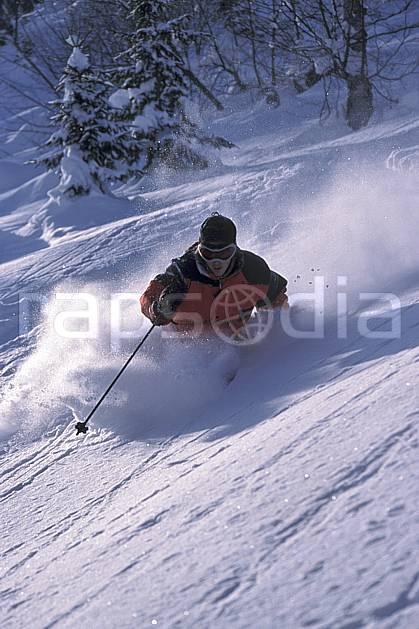 da2143-31LE : Ski-freeride, La Clusaz / Beauregard, Haute-Savoie, Alpes. ski hors piste Europe, CEE, sport, loisir, action, glisse, sport de montagne, sport d'hiver, ski, sport extrême, gerbe, poudreuse, sapin, virage coupé, C02, C01 homme, personnage, Annecy 2018 (France).