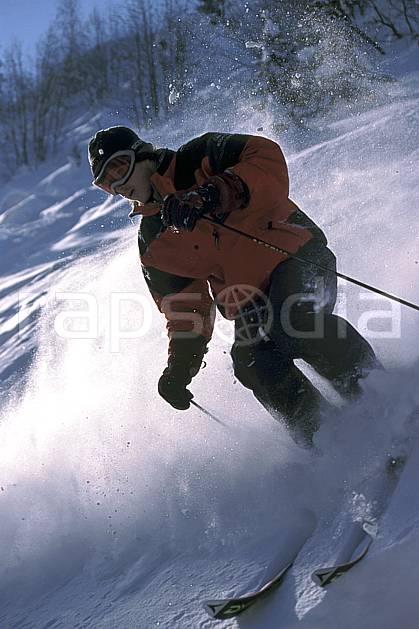 da2143-32LE : Ski-freeride, La Clusaz / Beauregard, Haute-Savoie, Alpes. ski hors piste Europe, CEE, sport, loisir, action, glisse, sport de montagne, sport d'hiver, ski, sport extrême, gerbe, poudreuse, C02, C01 homme, personnage, Annecy 2018 (France).