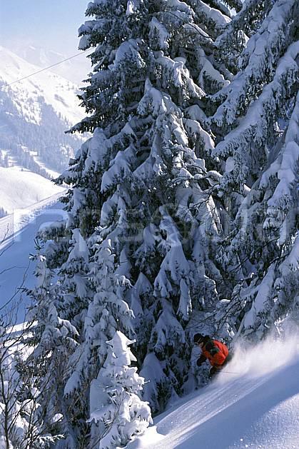 da2143-36LE : Ski-freeride, La Clusaz / Beauregard, Haute-Savoie, Alpes. ski hors piste Europe, CEE, sport, loisir, action, glisse, sport de montagne, sport d'hiver, ski, sport extrême, pente, poudreuse, sapin, C02, C01 arbre, forêt, homme, personnage, Annecy 2018 (France).