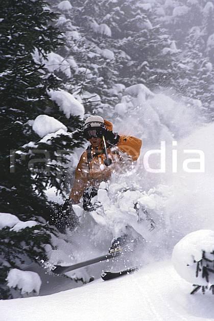 da2153-16LE : Ski-freeride, Les Contamines-Montjoie, Haute-Savoie, Alpes. ski hors piste Europe, CEE, sport, loisir, action, glisse, sport de montagne, sport d'hiver, ski, sport extrême, brouillard, gerbe, poudreuse, sapin, C02, C01 arbre, forêt, homme, personnage, Annecy 2018 (France).